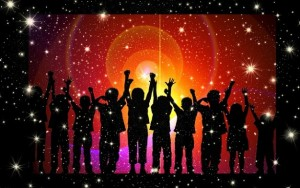 bambini-di-luce-gioia-applausi-fattura-silhouette_121-68001